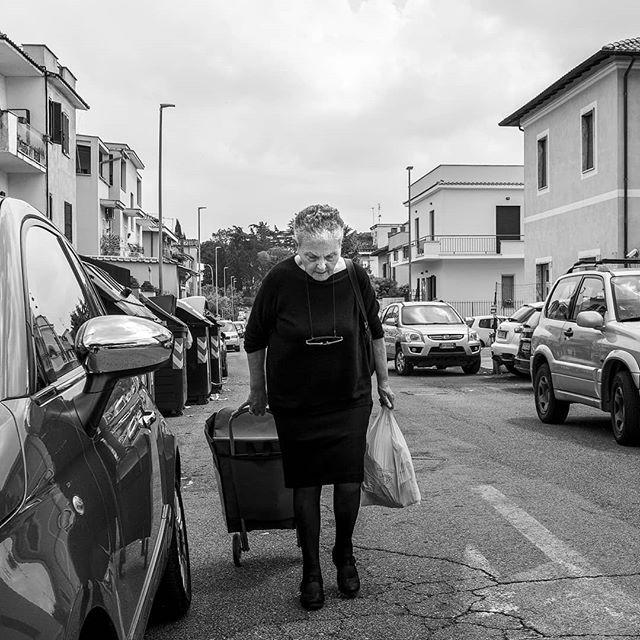Il ricordo del mercato di Quarto Miglio | ph @luca_pietrobono C'era un tempo in cui accompagnavo mia nonna a fare la spesa al mercato di Quarto Miglio a Roma. Le donne portavano a mano un carrello con le ruote…. si sentiva il loro cigolio mentre li trascinavano prima vuoti e man mano sempre più carichi lungo la strada del mercato. Oggi quel mercato non c'è più, ormai gran parte dei carrelli sono sui siti web delle grandi multinazionali. Ma quando oggi, sempre a Quarto Miglio, ho visto questa signora che trascinava quel carrello con le ruote sulla stessa strada dove trent'anni fa c'era il mercato…beh ho ringraziato il fato di avere la mia piccola Sony in mano…scatto con otturatore elettronico…nessun rumore, solo il battito del mio cuore che accelerava nel mettere a fuoco il ricordo indelebile di mia Nonna…. #quartomiglio #oldshopping #vitadiquartiere #monochrome #sonya6300