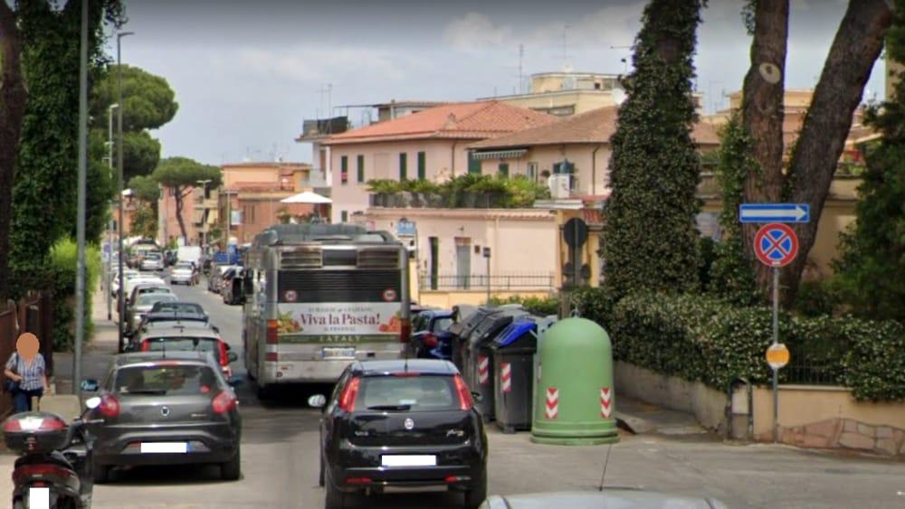 Vettura in sosta blocca bus, automobilista in coda aggredisce autista del 654
